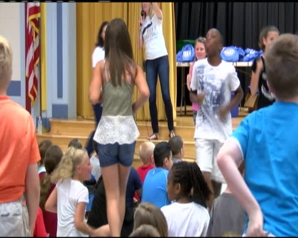 Students receive summer reading books_52408889-159532