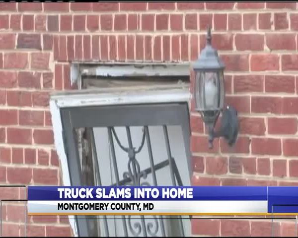 Truck into house_17726620